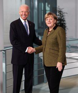 Vice President Joe Biden und German Chancellor Angela Merkel shake hands